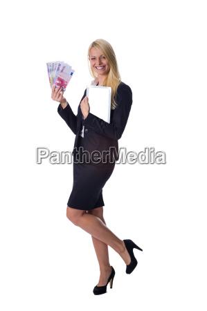blondine haelt geld und tablet in