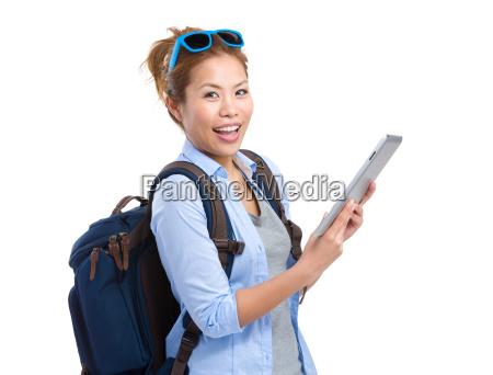frau reisende verwenden tablette