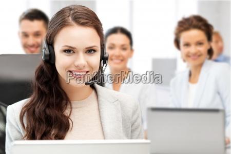 helpline betreiber mit kopfhoerern im callcenter