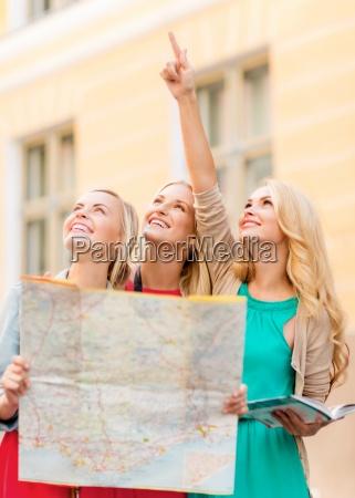 schoene frauen mit touristischen karte in