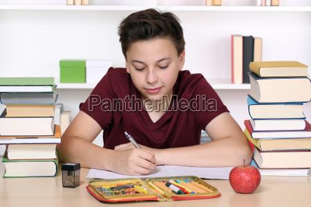 junge beim schreiben von hausaufgaben in