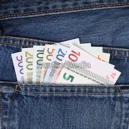 taschengeld euro scheine in der hosentasche