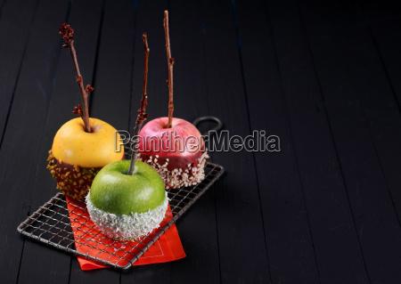 trio von bunten halloween apfel desserts