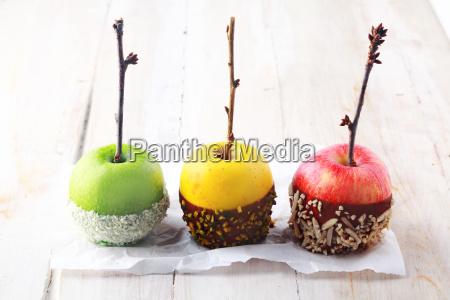 drei halloween aepfel in schokolade getaucht