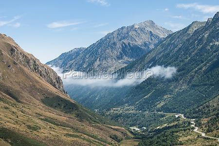 panoramablick auf berge der pyrenaeen andorra