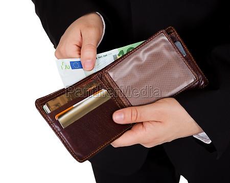 mann der eine barzahlung macht