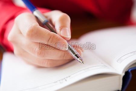 close up der hand schriftlich im