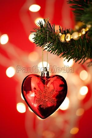 herzformel bauble am weihnachtsbaum