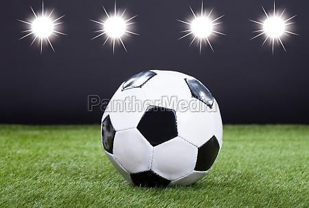 fussball auf gruenem pitch