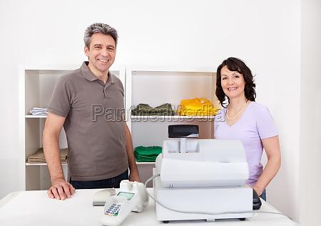zwei vertriebsmitarbeiter im shop