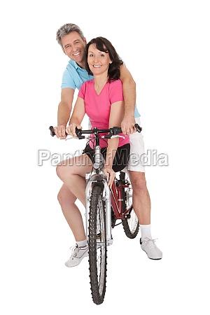 coppia matura facendo sport attivo
