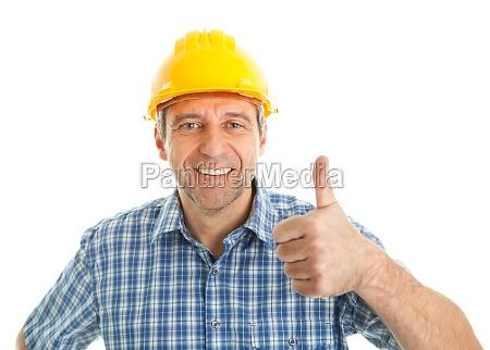 arbeiter traegt harten hut
