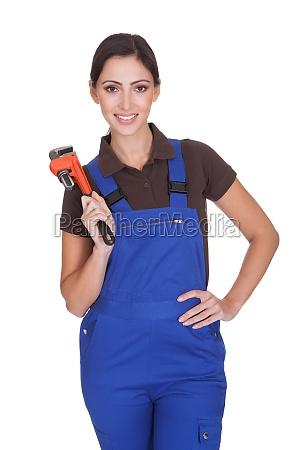 female klempner mit einem schraubenschluessel