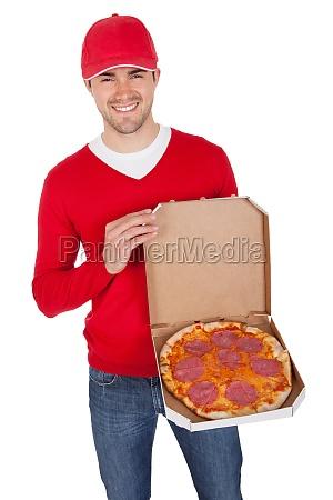 portraet der pizza lieferung junge mit