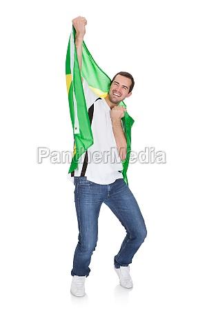 portraet eines gluecklichen mannes mit brasilianischer