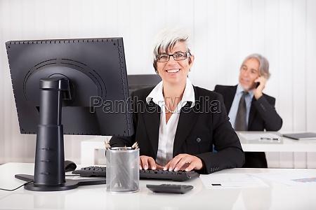 laechelnde sekretaerin oder persoenliche assistentin