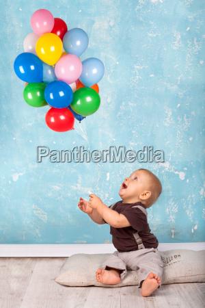 kleiner, junge, spielt, mit, luftballons - 12399002