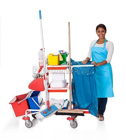 weiblicher reiniger mit reinigungsgeraeten
