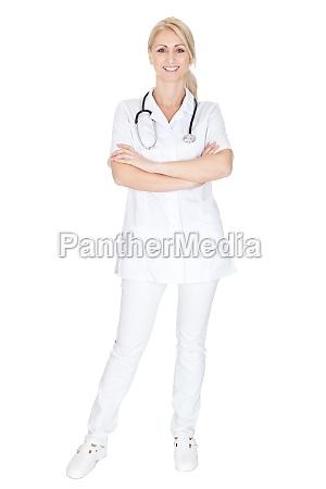 laechelnde AErztin frau mit stethoskop
