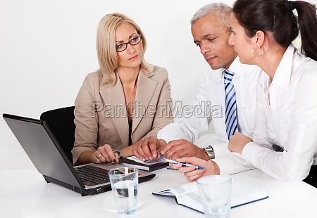frau beratung konsultation zusammenarbeit deal geschaeft