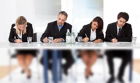 geschaeftsleute die sich bei der besprechung