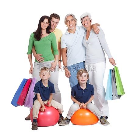 glueckliche generationen familie mit einkaufstaschen