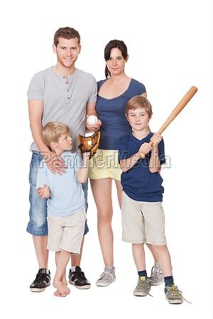 glueckliche familie mit kindern auf einem