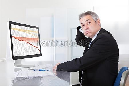 verwirrt geschaeftsmann mit computer