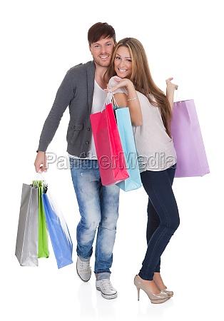 guy und gal bringt einkaufstueten