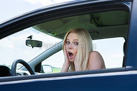 frustrierte frau sitzen im auto