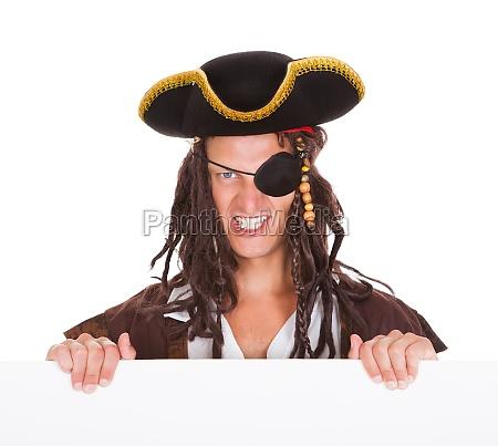 piraten halten plakat im mund