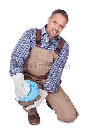 aufbau mann mit knieschmerzen