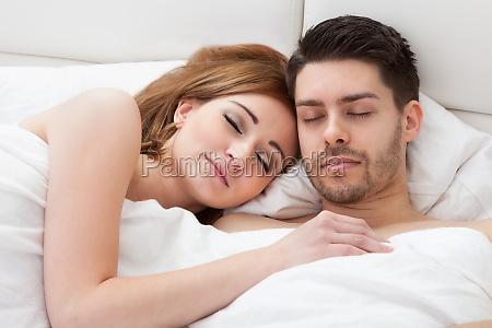 schoenes junges ehepaar schlaeft