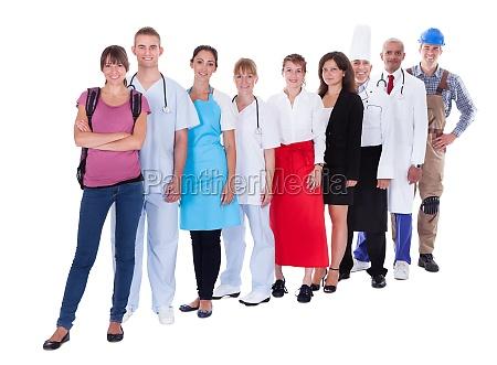 gruppe von menschen unter unterschiedlichen berufe