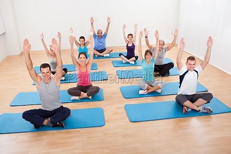 gruppe von menschen die yoga meditieren
