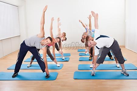 pilates klasse in einem fitness studio
