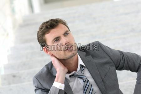 portraet erschoepfter geschaeftsleute wegen jobverlust