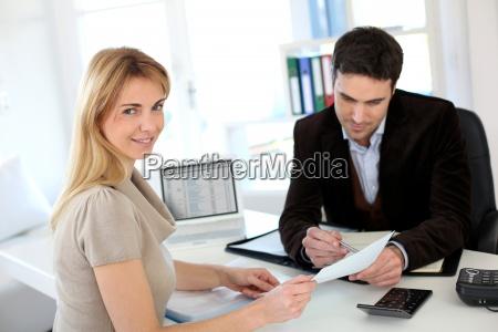reunion mujer abogado para montar su