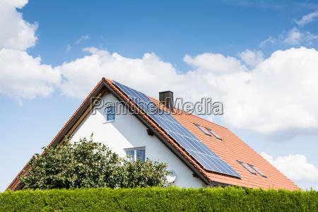 modernes haus mit photovoltaik anlage
