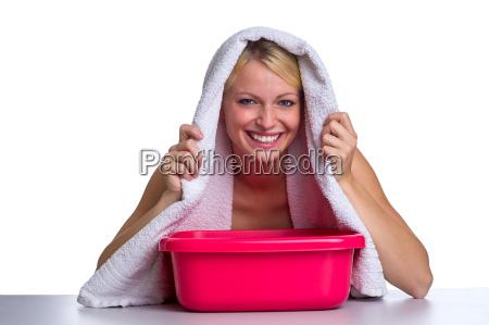 blondine inhaliert ueber einem wasserbad