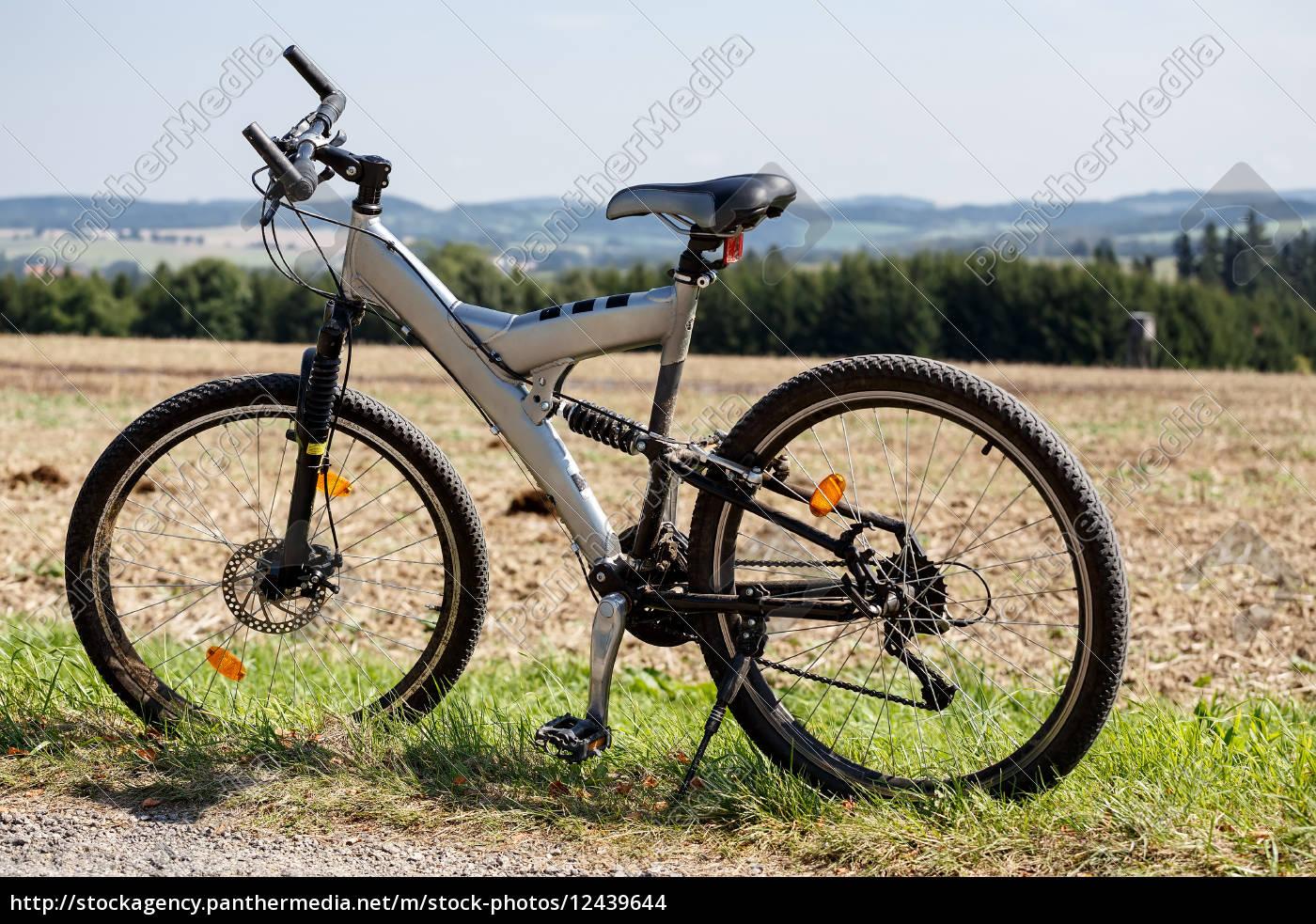 fahrrad, auf, einer, wiese, geparkt - 12439644