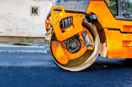 schwere tandemvibrationswalze verdichter bei asphaltdecke arbeit