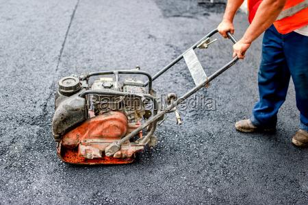 nahaufnahme von asphalt arbeiter in der