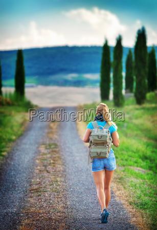 junger wanderer entlang europa unterwegs