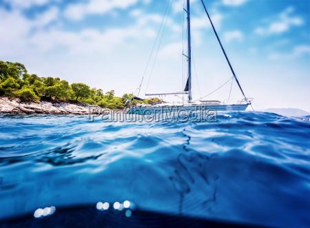 luxus segelboot in der naehe von