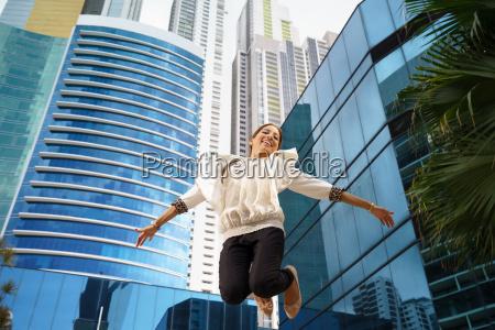 latina geschaeftsfrau springen freude gluecklich office