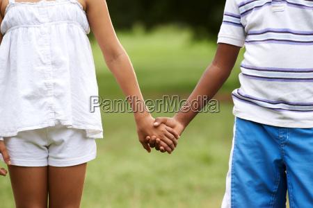 kinder lieben schwarzen jungen weiss maedchen