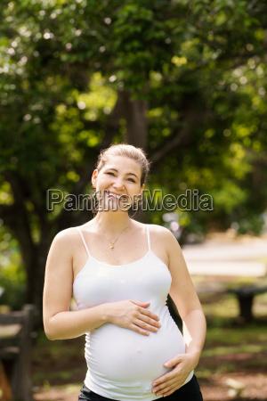 portraet gluecklich und laechelnd schwangere frau