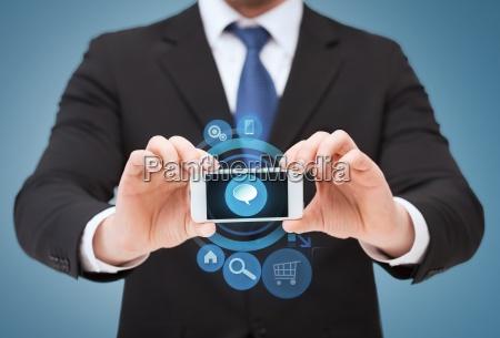 geschaeftsmann zeigt smartphone mit leerem bildschirm