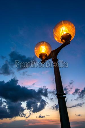 malerische strassenlaterne und wolkiger nachthimmel